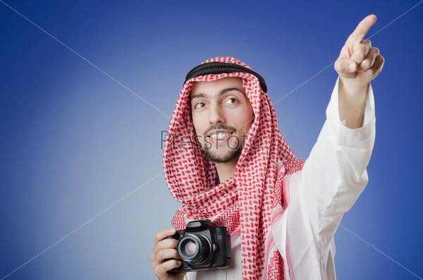 Молодой араб с фотоаппаратом