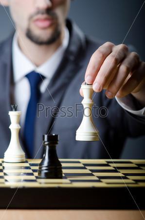 Молодой шахматист за игрой