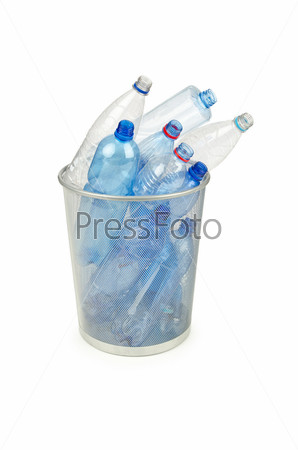 Пустые пластиковые бутылки в корзине на белом воде
