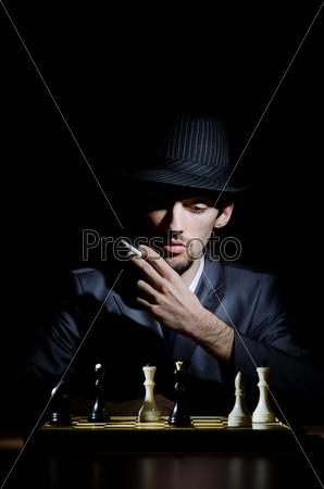 Фотография на тему Молодой шахматист за игрой