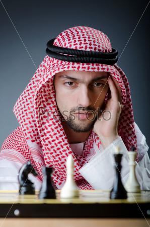 Фотография на тему Молодой араб-шахматист за игрой