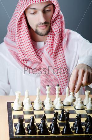 Молодой араб-шахматист за игрой