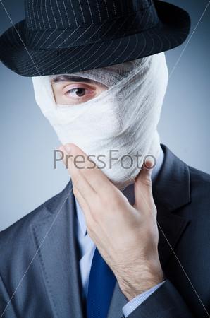 Молодой человек в медицинской повязке
