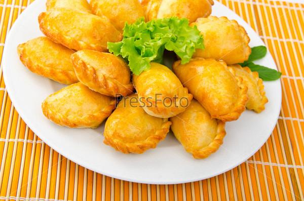 Пирожки с мясом на тарелке