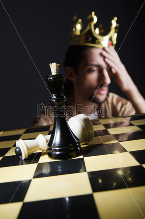 Шахматист в короне, играющий свою партию