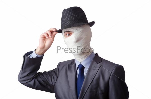 Мужчина в костюме и шляпе с забинтованным лицом