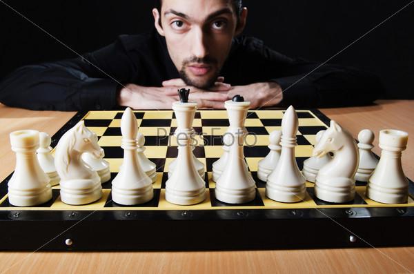 Шахматист, играющий свою партию
