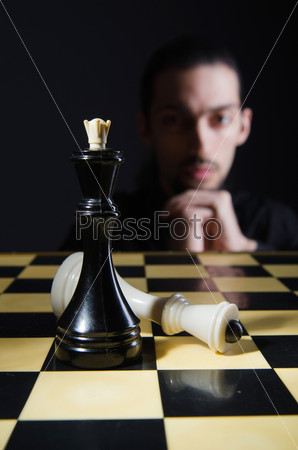 Мужчина, играющий свою партию в шахматы