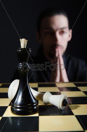 Фотография на тему Мужчина, играющий свою партию в шахматы
