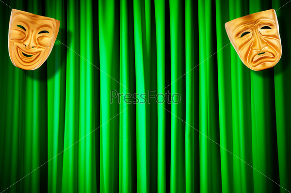 Фотография на тему Золотые театральные маски на фоне зеленых кулис