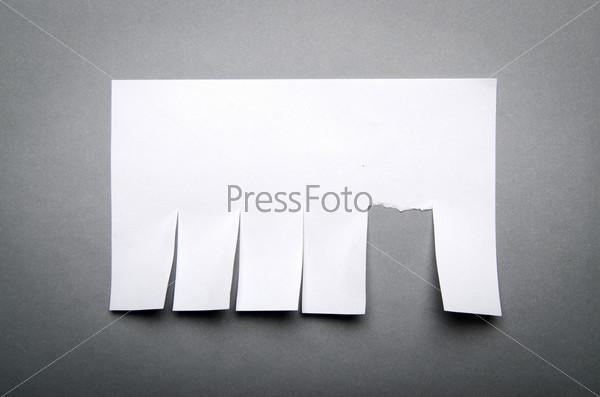 Отрывное объявление из бумаги на стене
