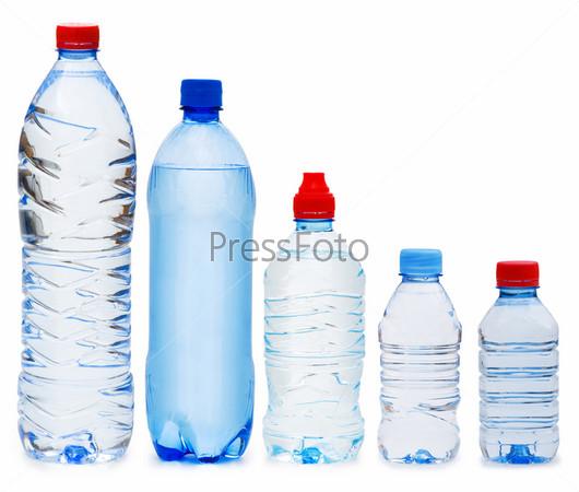 Пластиковые бутылки с водой на белом фоне