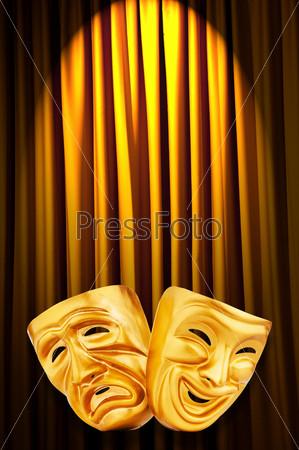 Фотография на тему Золотые театральные маски на фоне желтых кулис
