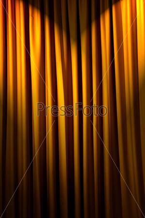 Желтые театральные кулисы в качестве фона