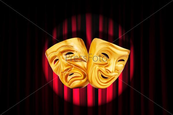 Маски на фоне театрального занавеса