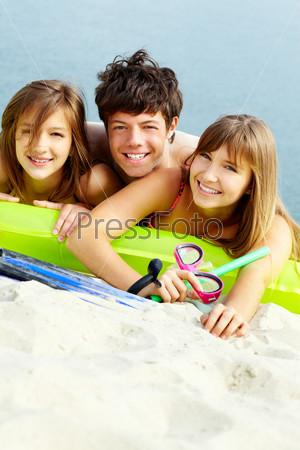 Фотография на тему Молодые люди на пляже