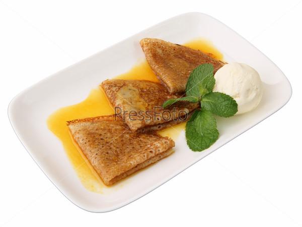 Блинчики с апельсиновым соусом, мятой и ванильным мороженым на белом фоне