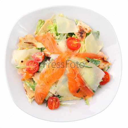 Салат с кусочками лосося, помидорами, зеленью на белом фоне