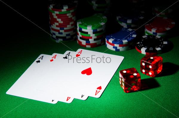 Карты и фишки в казино