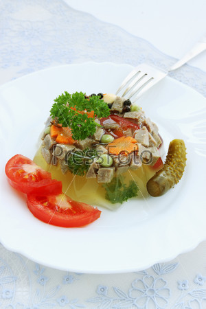 Заливное из говяжьего языка с хреном и овощами