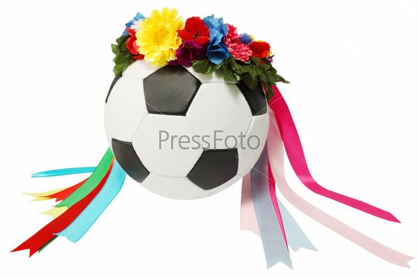 Фотография на тему Венок из цветов на футбольном мяче на белом фоне