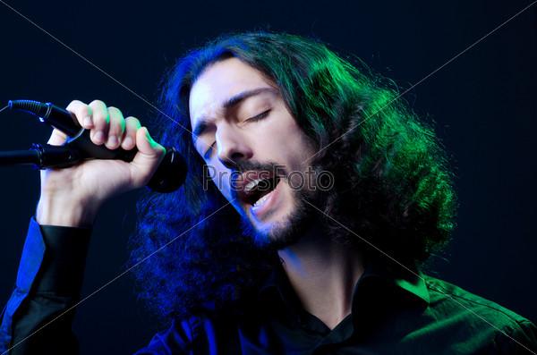 Фотография на тему Певец с микрофоном на концерте