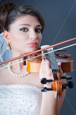 Фотография на тему Невеста играет на скрипке