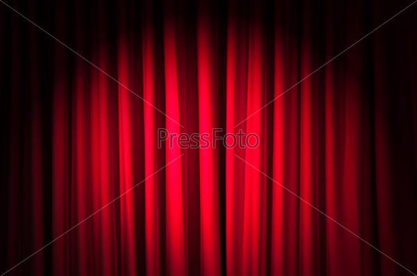 Ярко освещенные красные театральные кулисы