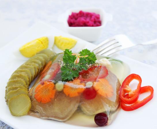 Заливной говяжий язык с хреном и овощами