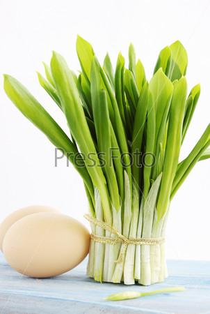 Пучок свежей черемши с яйцами