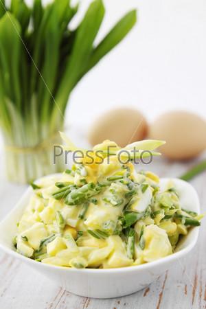 Весенний салат с диким чесноком и яйцами