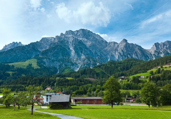 Альпийские горы летом. Австрия, окраины деревни Гозау