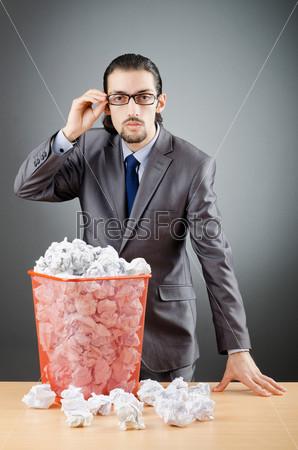 Мужчина и смятая бумага