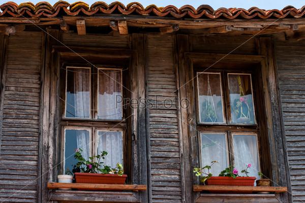 Деревянные окна старого дома в Несебре, Болгария