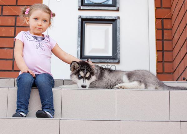 Девочка с собакой на крыльце