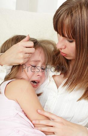 Мать успокаивает плачущую дочь