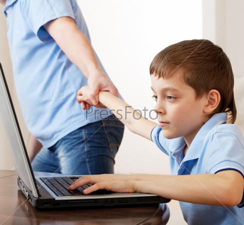 Фотография на тему Отец оттаскивает сына от компьютера. Компьютерная зависимость