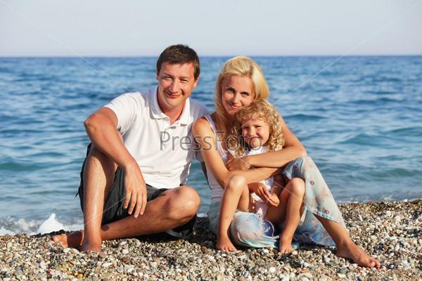 Фотография на тему Родители с дочерью на пляже