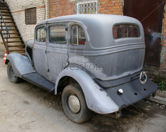 Старый немецкий автомобиль на фоне кирпичной стены