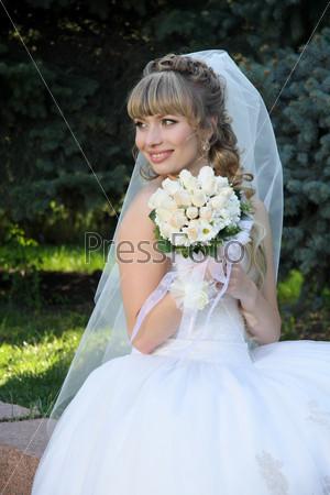Невеста держит свадебный букет