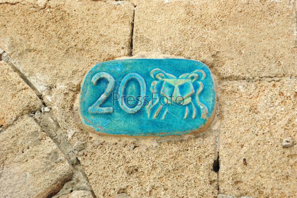 Фотография на тему Старая уличная табличка со знаком зодиака Льва, Яффо, Израиль