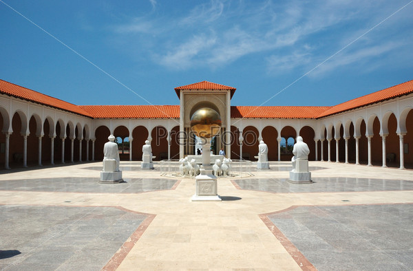Вход во двор музея классического искусства Ралли, Кесария, Израиль