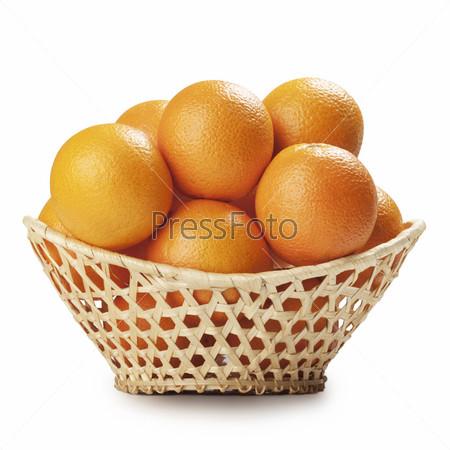 Фотография на тему Апельсины в корзине, изолированы на белом фоне