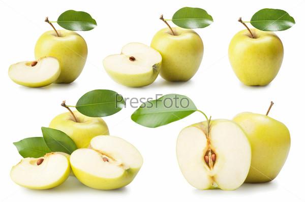 Яблоки с листьями, изолировано на белом фоне