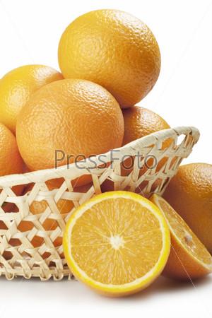 Апельсины в корзине, изолированы на белом фоне