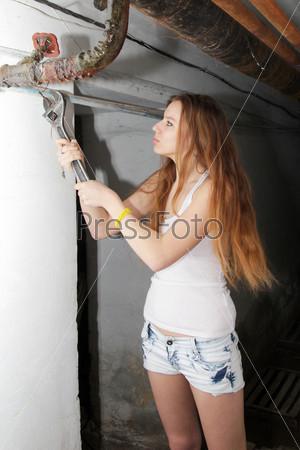 Рыжеволосая девушка с гаечным ключом