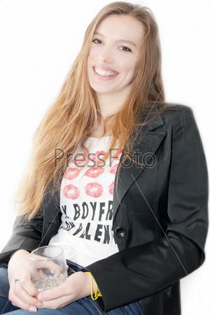Портрет рыжеволосой девушки со стаканом сока
