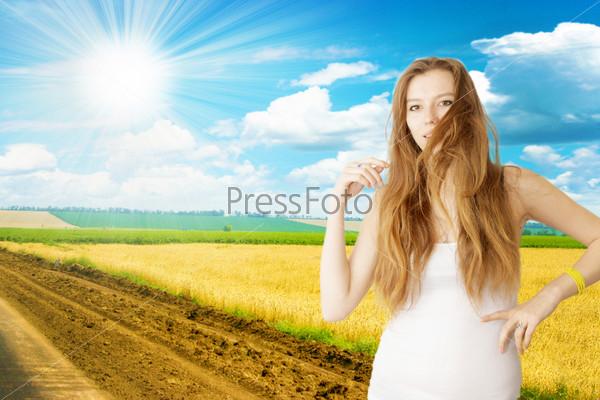 Портрет рыжеволосой девушки на абстрактном фоне