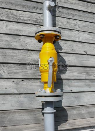 Газовый вентиль у стены частного дома