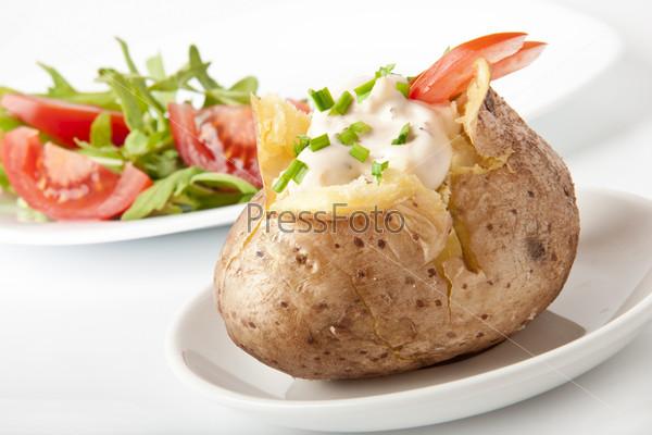 Запеченный картофель со сметаной и рукколой
